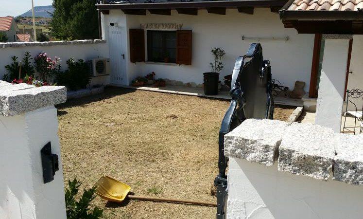 giardino privato dove verrà posato un prato sintetico Sempreverde Sassari