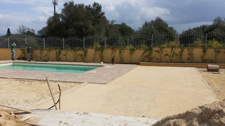 dettaglio terreno attorno alla piscina