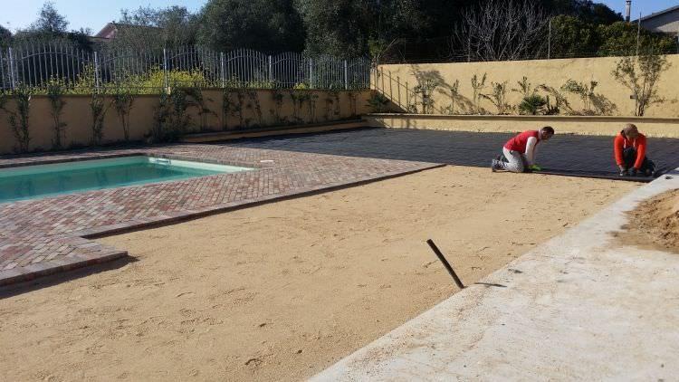 inizio posa del prato sintetico nel giardino privato, Sassari