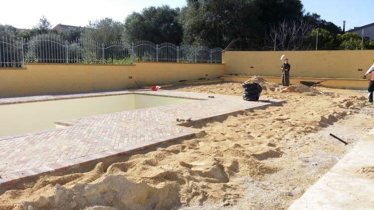preparazione terreno attorno alla piscina per la realizzazione del prato sintetico