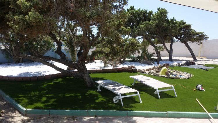 prato in erba sintetica ultimato al Cafè Set Beach di Platamona, Sassari