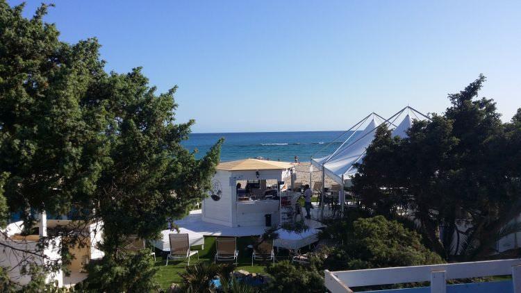 prato in erba sintetica ultimato al Cafè Set Beach di Platamona, Sassari, altra foto