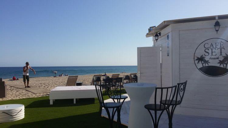 altra foto prato in erba sintetica ultimato al Cafè Set Beach di Platamona, Sassari