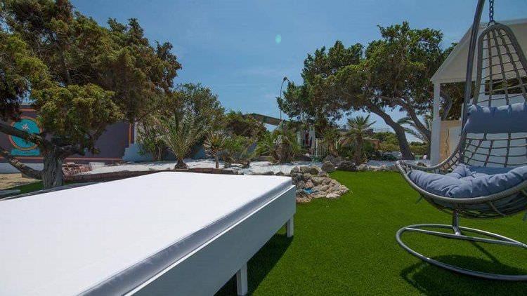 foto stupenda prato in erba sintetica ultimato al Cafè Set Beach di Platamona, Sassari