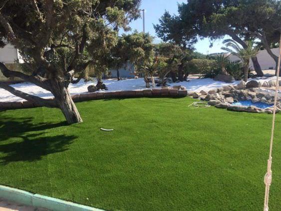 panoramica del prato in erba sintetica, Platamona, Sassari