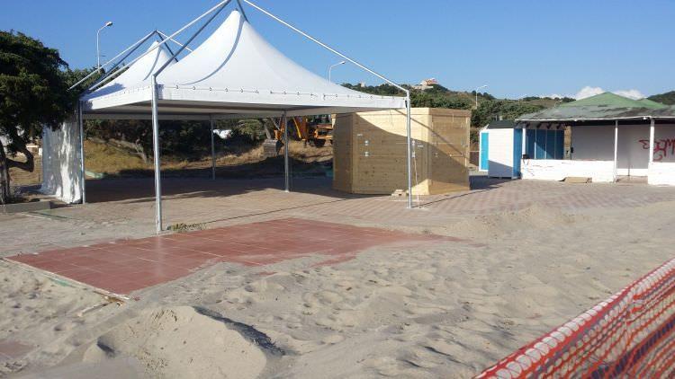 attività sulla spiaggia dove verrà posato il prato in erba sintetica